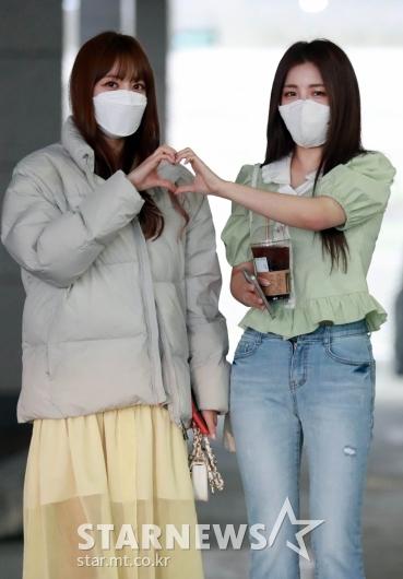 은지-유정 '팬들 사랑해요'[★포토]