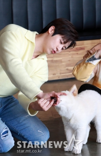 B1A4 신우 '우쭈쭈 비룡아~'[★포토]