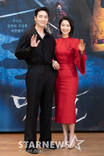 이준혁-김옥빈 '포즈는 다정하게'[★포토]