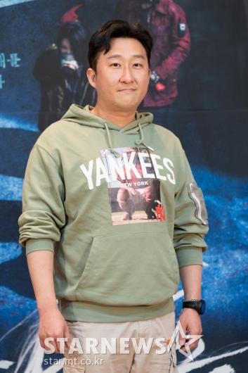 포즈 취하는 '다크홀' 김봉주 감독[★포토]