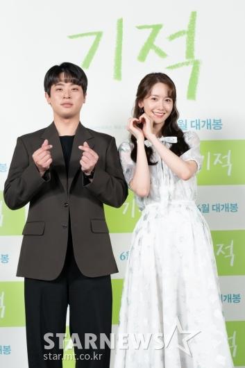 박정민-임윤아 '깜찍 하트'[★포토]