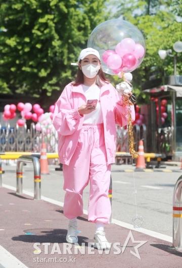 송가인 '분홍빛 출근길'[★포토]