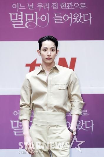 이수혁 '얼굴에 묻은 잘생김'[★포토]