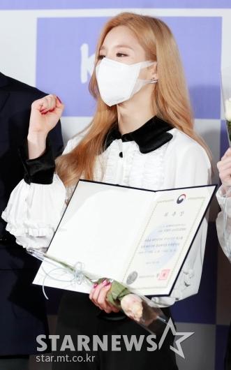 이달의소녀 희진 '위촉장 들고 파이팅!'[★포토]