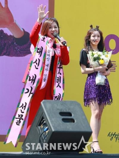 한혜진, 아웃렛 데뷔 무대 깜짝 참석...'꽃 대신 내가 선물!'[★포토]