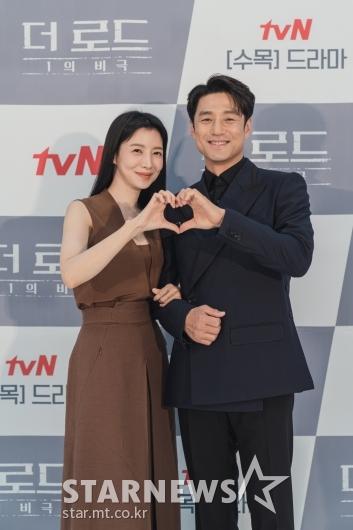 윤세아-지진희 '사랑스런 손하트'[★포토]
