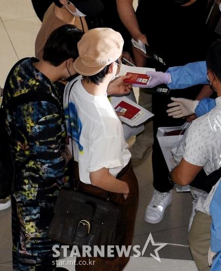 정국-뷔 '붉은 외교관 여권 들고'[★포토]
