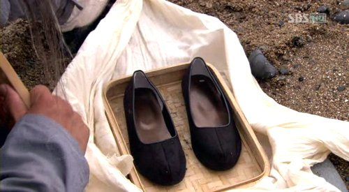 ↑\'일지매\' 이용석 PD가 언급한 일지매의 생존 근거 장면으로 이 신발이 일지매의 신발이라고 이 PD는 설명했다.