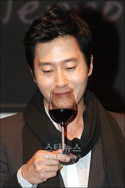 [★포토]와인 향을 음미하는 김주혁