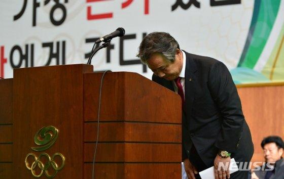 고개 숙인 이기흥 대한체육회장.  /사진=뉴시스