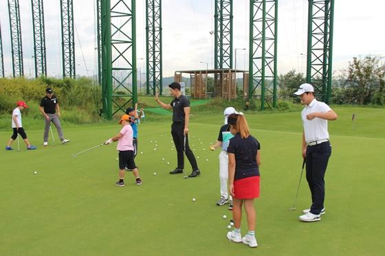 KPGA 멘토-멘티 골프 프로그램이 7일 경기 안산시에 위치한 강욱순골프아카데미에서 열렸다. /사진=KPGA 제공