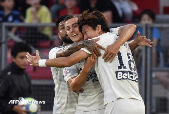 황의조(오른쪽)가 25일 프랑스 리그1 디종전에 선제골을 넣고 동료들과 축하를 나누고 있다. /AFPBBNews=뉴스1