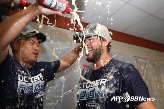 7연속 지구 우승 위업에도... 마음껏 웃지 못하는 다저스 팬들