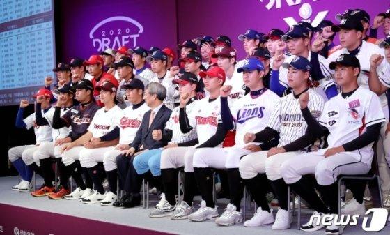 2020 KBO 신인 드래프트에서 10개 구단에 지명된 선수들이 정운찬 KBO 총재와 함께 단체 기념촬영을 하고 있다. /사진=뉴스1