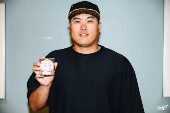 홈런공을 찾은 류현진. /사진=LA 다저스 공식 SNS