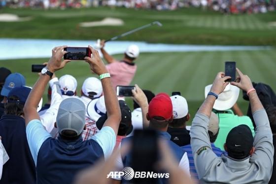 2017년 프레지던츠 컵에서 갤러리들이 휴대폰으로 선수들의 모습을 촬영하고 있다./AFPBBNews=뉴스1