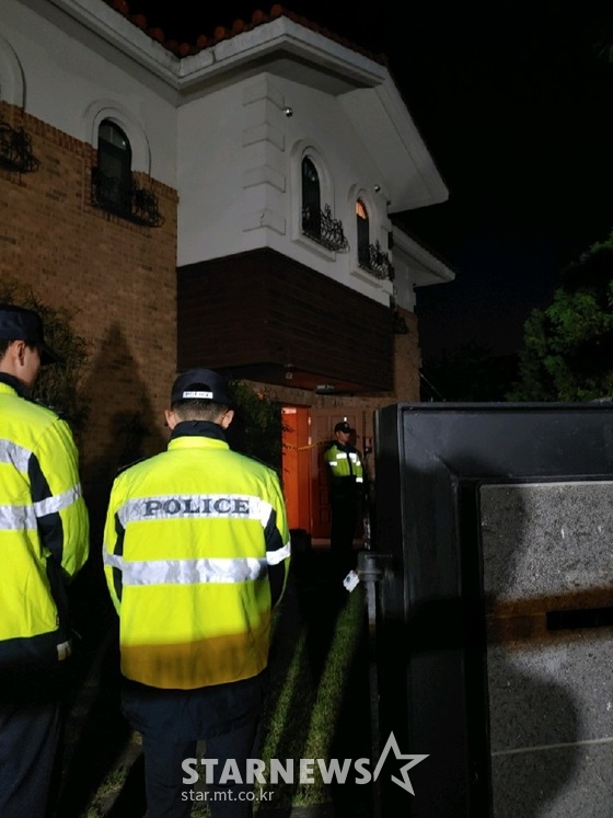 14일 경기 성남 수정구 심곡동 설리 자택에 경찰들이 삼엄한 경비를 서고 있다. /사진=스타뉴스 이건PD