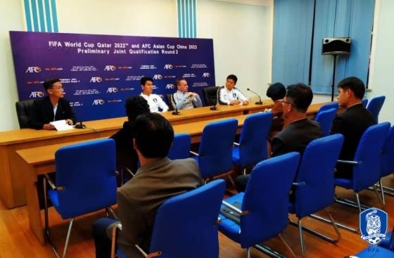 14일 오후 북한 평양 김일성경기장에서 열린 공식기자회견 모습. 파란색 의자에 앉아 있는 북한 기자 5명의 모습도 확인할 수 있다. /사진=대한축구협회 제공