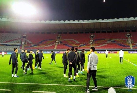 14일 오후 인조잔디가 깔린 평양 김일성경기장에서 공식 훈련을 하고 있는 대표팀 모습. /사진=대한축구협회 제공