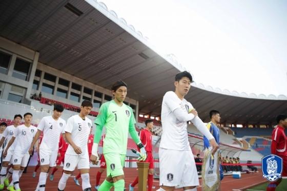 경기 전 손흥민(가운데)을 비롯한 한국과 북한 선수들이 입장하고 있다. /사진=대한축구협회 제공