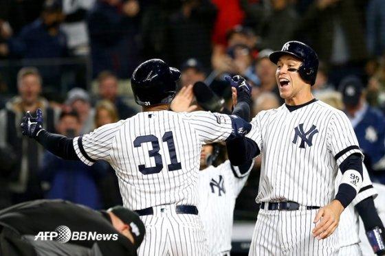 애런 힉스(가운데)가 19일 뉴욕 양키스타디움에서 열린 뉴욕 양키스와 챔피언십시리즈 5차전서 역전 3점 홈런을 때린 뒤 기뻐하고 있다. /AFPBBNews=뉴스1