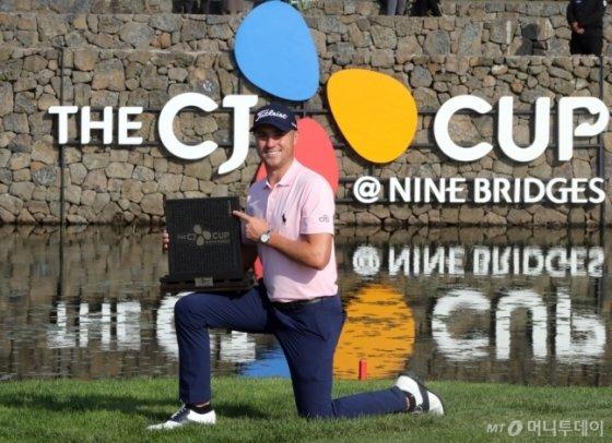 더 CJ컵 우승 트로피를 들고 포즈를 취하고 있는 저스틴 토마스./사진=임성균 기자