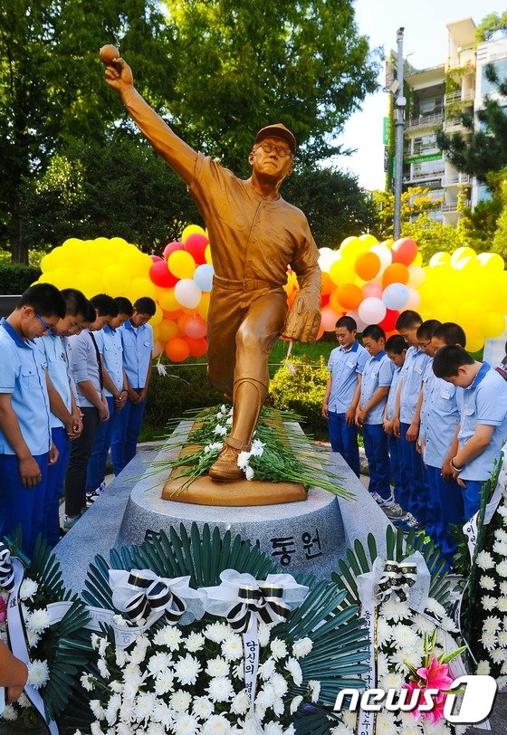 지난 2015년 \'故 최동원 선수 4주기 추모행사\'에서 사직중학교 야구부 학생들이 묵념을 하고 있다. /사진=뉴스1