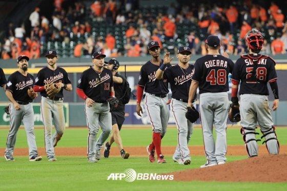 워싱턴 선수들이 24일(한국시간) 월드시리즈 2차전 승리 뒤 하이파이브를 하고 있다. /AFPBBNews=뉴스1
