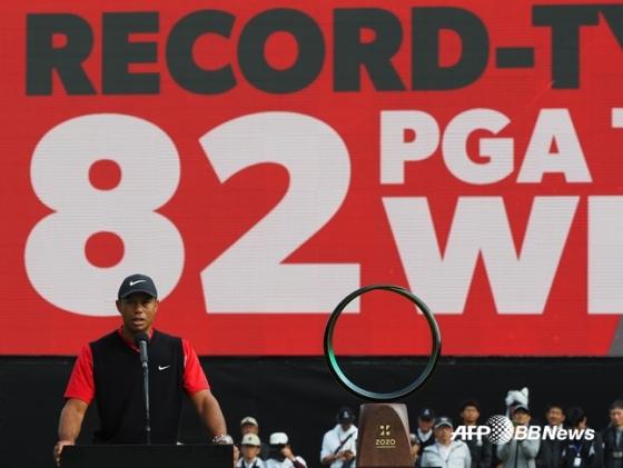 타이거 우즈가 28일 통산 82승을 알리는 게시판 앞에서 우승 소감을 전하고 있다. /AFPBBNews=뉴스1
