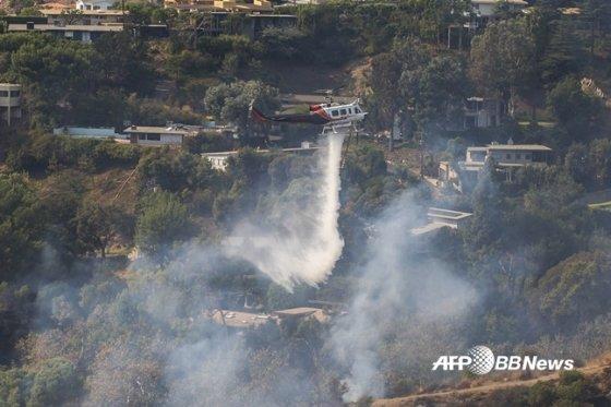 헬기가 브렌트우드 지역 화재를 진압하고 있다. /AFPBBNews=뉴스1
