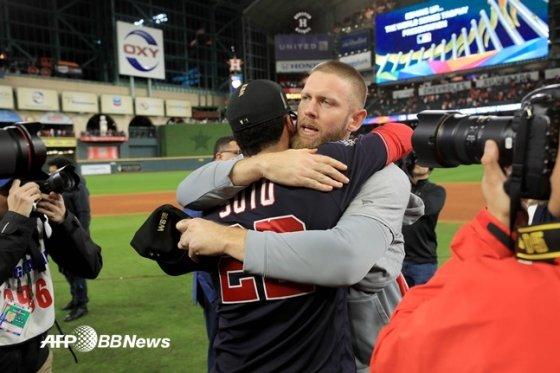 월드시리즈 우승 뒤 포옹하는 워싱턴의 스티븐 스트라스버그(오른쪽)과 후안 소토.  /AFPBBNews=뉴스1