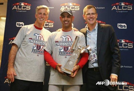 2018년 10월 아메리칸리그 우승을 자축하는 보스턴의 데이브 돔브라우스키(왼쪽부터) 당시 단장과 알렉스 코라 감독, 샘 케네디 사장. /AFPBBNews=뉴스1