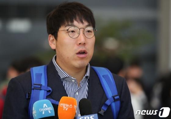 일본 출국 전 인터뷰에 나선 대표팀 주장 김현수. /사진=뉴스1