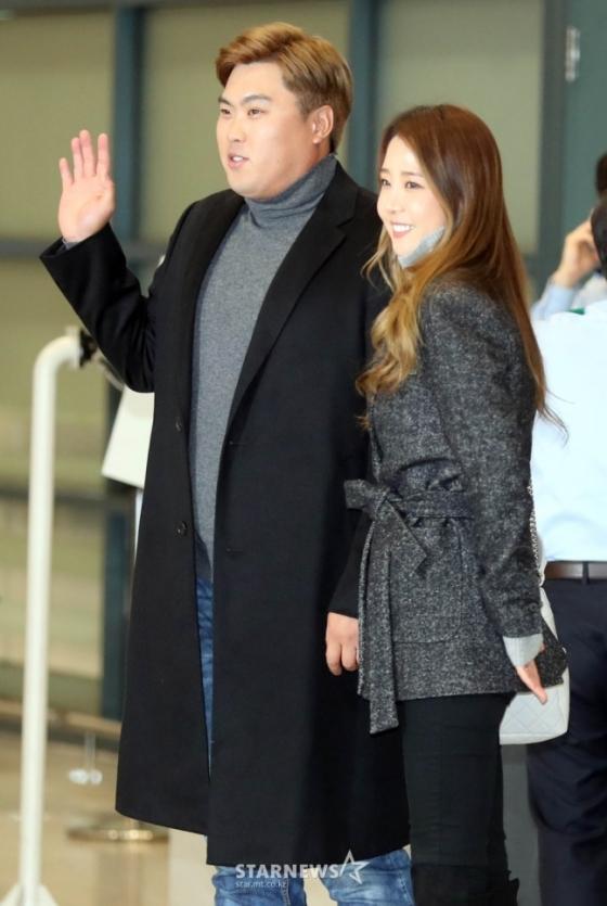 LA 다저스 류현진(왼쪽)이 아내 배지현과 함께 14일 오후 인천국제공항을 통해 입국하고 있다. /사진=임성균 기자