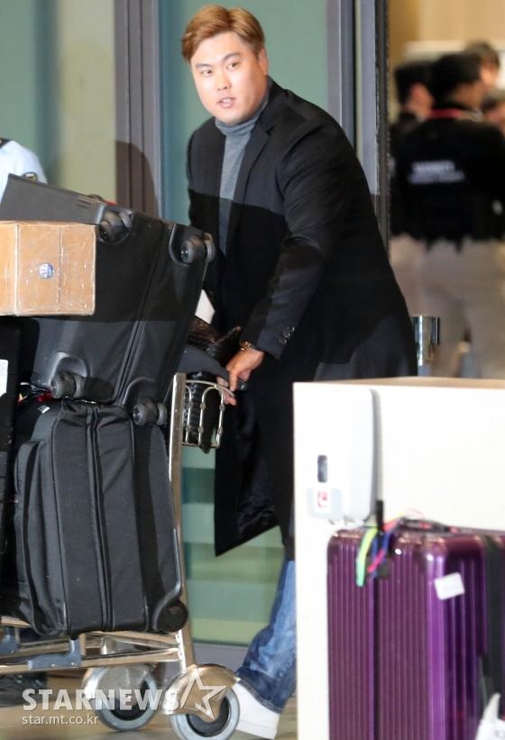메이저리그 LA다저스 류현진이 아내 배지현과 함께 14일 오후 인천국제공항을 통해 입국하고 있다. / 사진=인천국제공항=임성균 기자 tjdrbs23@