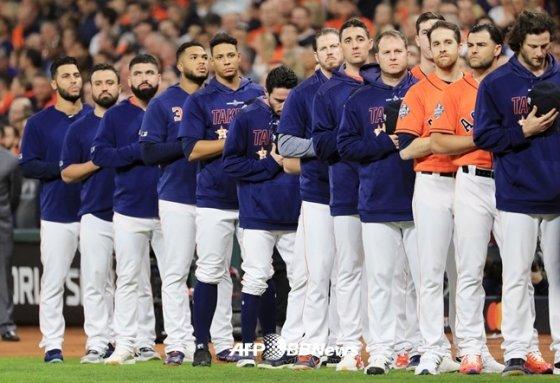 10월31일(한국시간) 워싱턴과 월드시리즈 7차전을 앞두고 국민의례를 하는 휴스턴 선수들.  /AFPBBNews=뉴스1
