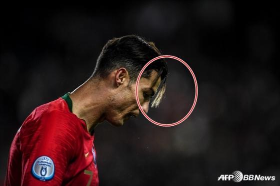 크리스티아누 호날두의 앞머리가 심하게 내려왔다(빨간색 원). /사진=AFPBBNews=뉴스1