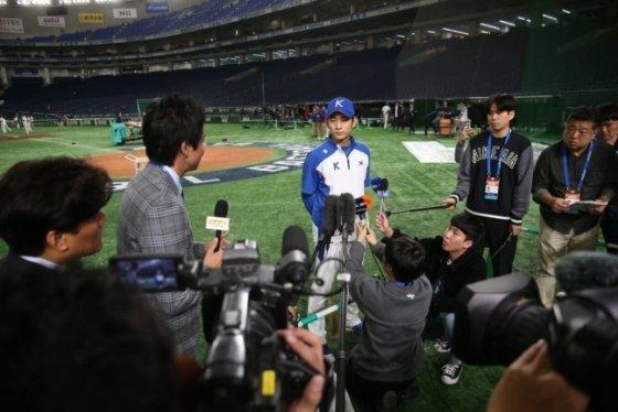 지난 14일 열린 프리미어12 공식 훈련에서 이정후(가운데)에게 몰린 일본 취재진들. /사진=WBSC 제공