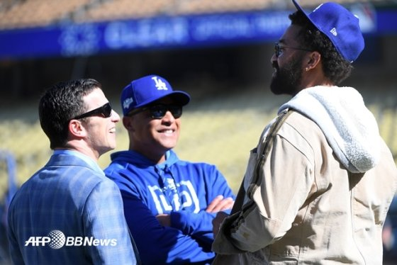 LA 다저스의 엔드루 프리드먼(왼쪽) 사장과 데이브 로버츠(가운데) 감독.  /AFPBBNews=뉴스1