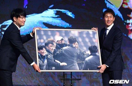 베스트포토상을 수상한 유상철 감독(오른쪽). /사진=OSEN