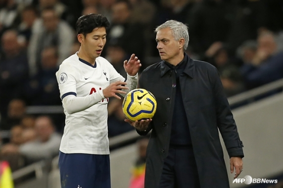 손흥민(왼쪽)이 무리뉴 감독으로부터 공을 건네받고 있다. /AFPBBNews=뉴스1