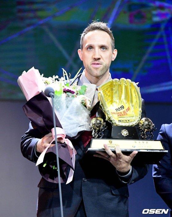 2019 KBO리그 골든글러브를 수상하는 린드블럼. 그는 두산을 떠나 밀워키와 계약했다. /사진=OSEN