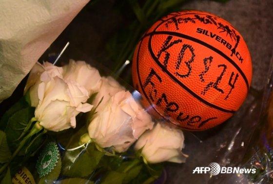코비와 그의 등번호 24번을 새겨넣은 농구공.  /AFPBBNews=뉴스1