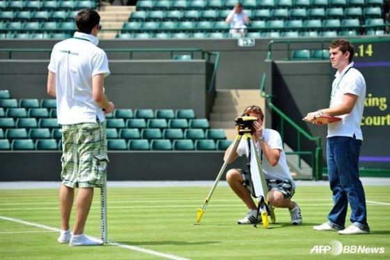 테니스 경기장에 호크아이 시스템을 설치 중인 스태프의 모습. /AFPBBNews=뉴스1