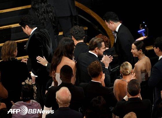 제 92회 아카데미 시상식. \'기생충\' 작품상 호명 후 나가는 배우들. 레오나르도 디카프리오가 박수를 치며 축하 인사를 건네고 있다. / 사진=AFPBBNews뉴스1