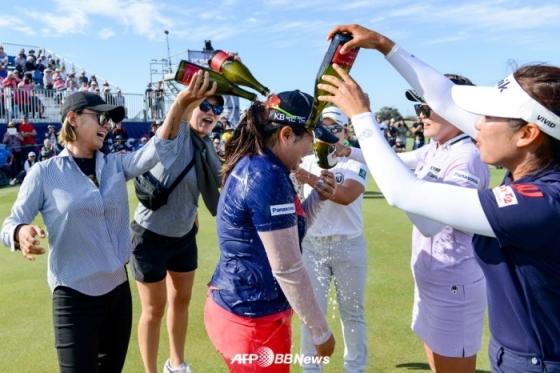 동료들로부터 축하를 받고 있는 박인비. /AFPBBNews=뉴스1