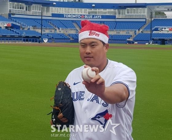 산타 모자를 쓰고 촬영하는 류현진, /사진=박수진 기자