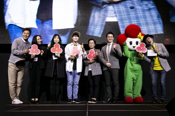 2019년 박성현 팬미팅에서 박성현프로와 박성현 팬클럽이 사랑의 열매를 통해 기부금을 전달하고 있다./사진=세마스포츠마케팅