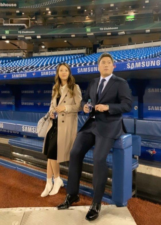 류현진(오른쪽)과 아내 배지현씨. /사진=토론토 공식 SNS