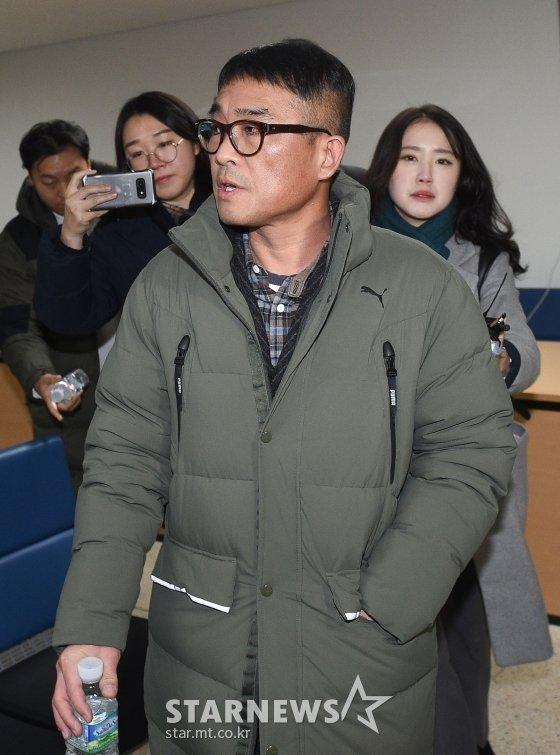 유흥업소 성폭행 혐의를 받는 가수 김건모가 지난 1월 15일 오전 서울 강남경찰서에 피고소인 조사를 받기 위해 출석하고 있다. / 사진=강민석 기자 msphoto94@